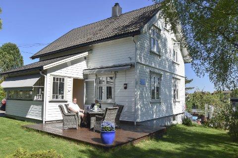 Solvang: Nå selger paret Christian Granli og Ole André Østmark sin villa på Skjønhaug. Huset har de restaurert og satt tilbake i 1920-tallssil. – Historien forteller at 8. mai i 1945 var flaggstanga på Solvang den første som heiste det norske flagget på Skjønhaug, forteller Granli.