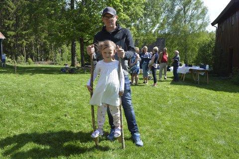 Aktiviteter: Victor Kobbevik Lager (35) støtter datter Erle (4) som prøver seg på stylter for første gang.