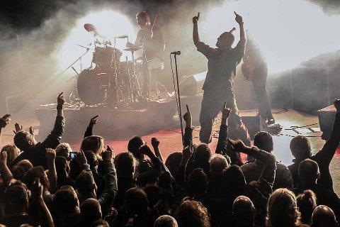 KJENT FOR LIV: Raga Rockers er kjent for å lage liv på konsertene sine. Snart kommer de for å rocke Mysen. Her fra en konsert i Brygga kultursal i Halden. Arkivfoto: Joachim Constantin Høyer.