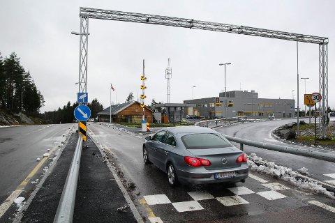 KARANTENE: Kommer du fra Sverige og krysser grensen ved Ørje må du i 10-dagers karantene, med mindre du har vært på dagstur for å utføre nødvendig vedlikehold på eiendom. Arkvifoto.