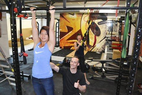 Høyt under taket: Det er ikke noe å utsette på takhøyden i styrkeavdelingen i kjelleren. May Thi Nguyen, Glenn-Vidar Pedersen og Torill-Emilie Pedersen er godt fornøyd med resultatet.