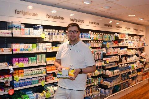 NAF Gårdene AS frykter for fremtiden til Vitusapoteket om parkeringsplassene fjernes ved apotekgården. Apoteket drives av farmasøyt Ole Harald Graarud (37).