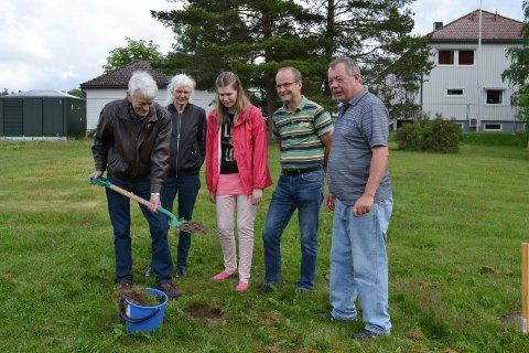 Byggestart: Her tar Fredrik Dahl det første spadetaket i Skoleveien 3. Fra venstre: Ingrid Dahl, Kine Pedersen, Lars Petter Sanner og leder av byggegruppa, Lars Laudal.