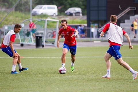 EIDSBERGING I BERGEN: Henrik Udahl gjør det godt for Fana i 4. divisjon. Her er han i aksjon på treningsfeltet.