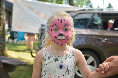 Barna kunne også bli ansiktsmalt. Her har Amelia Josefine Landmark (3) blitt malt som en tiger.