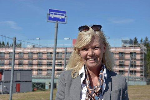 Ny arbeidsplass: Planen er å ansatte 15 personer på det nye hotellet på Brennemoen, i tillegg til vikarer. - Busstilbudet for de ansatte er dårlig. De må benytte bil på kveldsvakter og i helgene, forklarer hotelldirektør Marit Bjørnland.