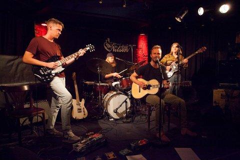 Konsert: Kløversvingen består av Jørgen Kasbo (El- gitar) og August Kann (gitar og vokal). På konserten fikk de også støtte fra Knærten Simonsen (trommer) og Sander Eriksen Nordahl (bass).