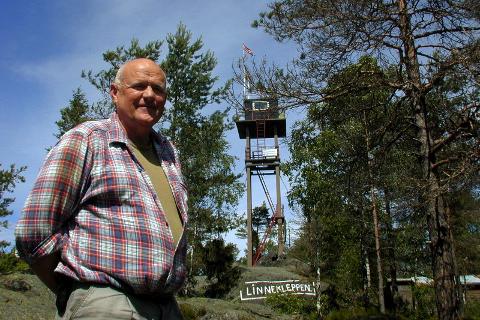 PÅ VAKT: Per Evensen er skogbrannvakt på Linnekleppen i helga. Denne uka oppdaget han tre skogbranner i Aremark.