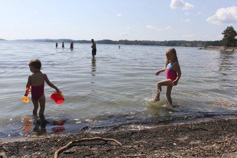 LEKER: Jessika (3) og Katinka (5) Hermansen leker i vannkanten.