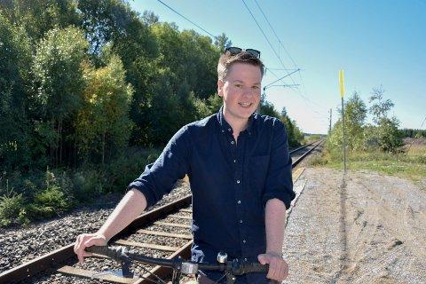 Ønsker flere togavganger: Rasmus Glomsrud (25) vil helst bo på farsgården ved Heia stasjon. - Men det avhenger mye av flere togavganger på Østre linje, påpeker doktorgradsstipendiaten i statsvitenskap.
