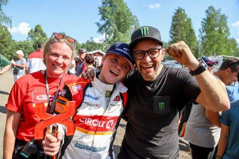 SNILL PAPPA: Sønnen Oliver skal få låne bilen Petter Solberg brukte i rally i 2009, en Citroën Xsara WRC. På dette bildet er også mamma Pernilla.