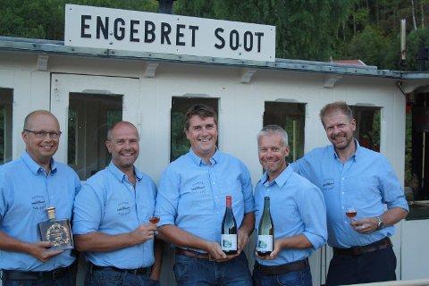 Noen av medlemmene i Aursmarks Edle dråper med de nye produktene fra dampbåten Engebret Soot (fra venstre): Thomas Furulund, Morten Jaavall, Tor Anders Høgaas, Espen Jaavall og Nils Ivar Krog Enger