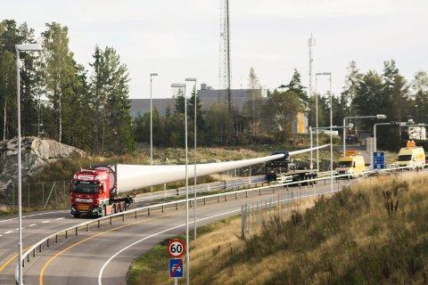 GIGANTISK: Her har ett av rotorbladene  akkurat passert riksgrensen på E18 og er på vei til Joarknatten-delen av vindparken. FOTO: Harald Forsberg.