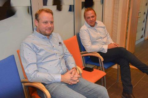 Skal konkurrere om kundene: Rema-kjøpmann Runar Espenes (t.v) og Stian Ryen som skal etablere dagligvarehandel i Hurrahølet. Begge var interesserte i å høre hva politikerne mente om konkurransen om kundene.