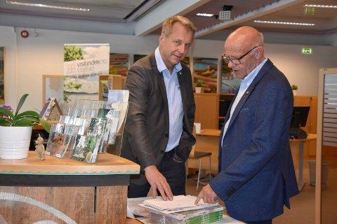 Vaktavløsning: Ordfører Saxe Frøshaug får beskjed av varaordfører Tor Melvold om dagens post, før han går på ettermiddagsvakta.