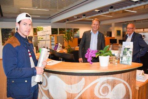 Fikk service: Patric Vesteli fikk hjelp av vikarene ordfører Saxe Frøshaug og varaordfører Tor Melvold (t.h) da han stakk innom servicetorget fredag ettermiddag.
