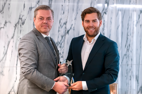 MOTTOK PRIS: Petter Veland (t.h.) fikk overrakt prisen som årets sportskommentator av Erik Jensen, adm. direktør i TVkampen.com.