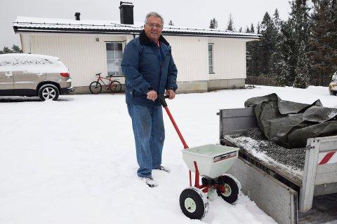 I AKTIVITET:  Jeg må ha noe å drive med, vet du, sier Roar W. Olsen. Nå er han klar med strøvogn og grus og salt for å hjelpe folk i nabolaget og ellers i Ørje-området på glatta.