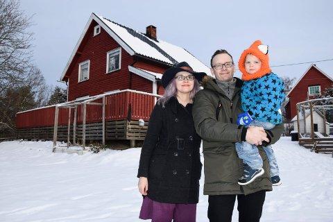 TRIVES SOM ASKIMINGER: – Vi elsker egentlig å bo her, sier Karin (33) og Morten (43) Gutenbrunner Byom med Felix (2 1/2) på armen. Det røde huset med hage ble deres i 2015.