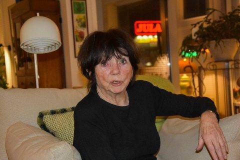 Sterkt lysreklame: Lise Gundersen (76) i Trøgstadveien 19 reagerer på lysreklamen fra Jula. – Må den være så sterk, undrer hun.