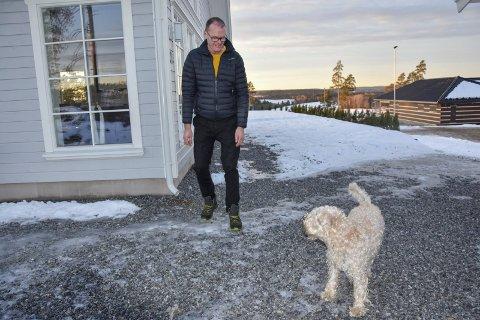 Nyter Båstad: Cato Kloppen (58) er mossingen som har blitt båsting på sin hals. Hver dag går han lange turer i bygda med bikkja. – Jeg angrer ikke på flyttingen, sier han.