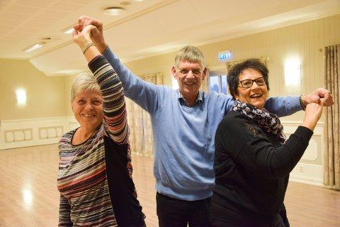 TRIVES PÅ DANSEGULVET: Leder for Slitudansen, Gøran Faugli (75), lar seg gjerne by opp til dans av sekretær Laila Henriksson (70, t.v.) og kasserer Kari Bredesen (70).