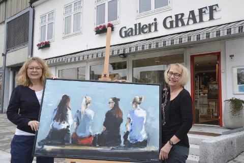 Favoritt: Ingrid Fredstad (53) til venstre og Iren Graff Lilleng (63) har hatt utallige utstillinger i Galleri Graff. Dette bildet er av en av deres favorittmalere, Roy Andresen Dahl. – Den første gangen han hadde utstilling her, var det kø utenfor, minnes de.