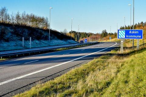 Askim sitt kommune skilt står ensom igjen etter at noen har tatt Eidsberg sitt skilt.