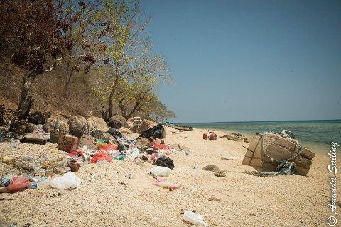 MILJØPROBLEMER: Søppel og skrot på en sandstrand i Indonesia. Linn Charlotte og Paul har fått et mye større innblikk i verdens miljøproblemer på de seks årene de har seilt jorda rundt.