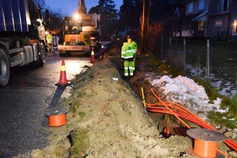 STOR JOBB: Firmaet Bredbånd og Kabel-TV Service har totalentreprisen og legger nå fiberkabel i tre områder i Ørje sentrum. Her i Lilleveien onsdag ettermiddag.