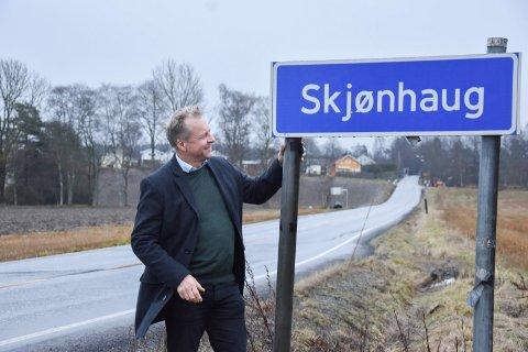 Trøgstadpatriot: Ordfører Saxe Frøshaug vil bytte ut Skjønhaug-skiltene med Trøgstad, men kalle torget for Skjønhaug.