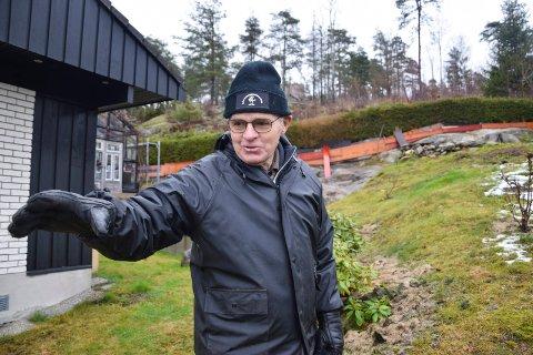 LEVENDE MINNER: – Her satte vi utfor, minnes Mysen-mannen Arne Moberg (78). Litt nedenfor hekken i bakgrunnen lagde de et hopp. Overrennet måtte improviseres blant annet ved å klippe hull i gjerdet inn til fortområdet. På toppen av åsen kan vi skimte taket på Rugevillaen.
