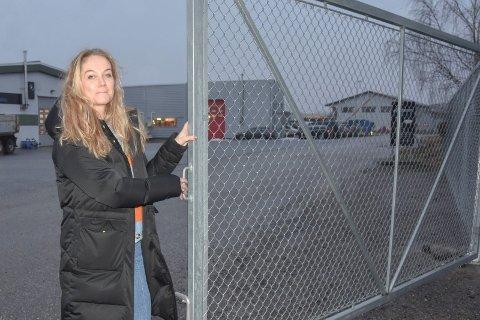 Ramstadskilt: Therese Sandtorp Eikemo har tatt et par telefoner til Statens Vegvesen for å få skilt fra E18 til Ramstadfeltet. – Området må opprustes. Første bud er skilt, hevder hun.
