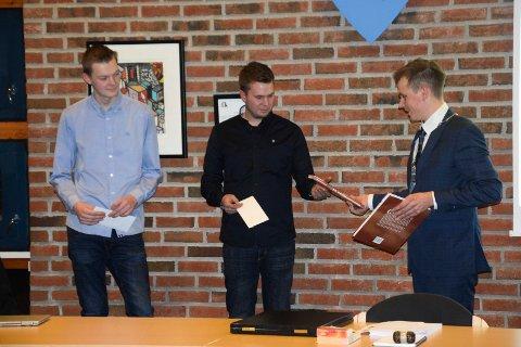 HEDRET: Sander Engsvik (19) (t.v.) og Jørgen Syversen (24) fikk 5.000 kroner hver og Grete Brustad Nilsens bok om Ørje overrakt av ordfører Theodor Bye.