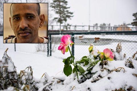 BLOMST: Syvåringen ble funnet død i Parkdammen i Askim Folkepark rundt midtnatt tirsdag. Dagen etter la folk ned blomster rundt dammen.