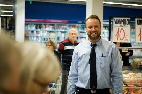 FORNØYD SÅ LANGT: Rema 1000-sjef Runar Espenes på Ski storsneter, er fornøyd med oppstarten, og gleder seg til et nytt og spennende år for butikken i tredje etasje på Ski storsenter.