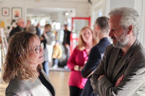 Her står Ingrid Fredstad og Ari Behn og diskuterer kunsten hans under sist utstilling i Galleri Graff i november.