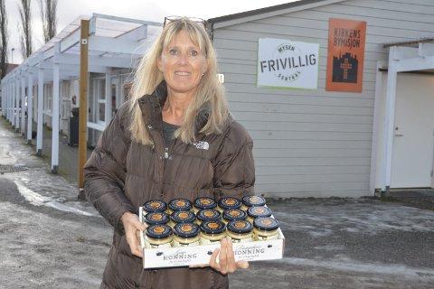 Honning til jul: Marianne Dahl (53) fra Kjartans Honning i Trøgstad har gitt 105 honningglass til Kirkens Bymisjon på Mysen. Honningen ligger i en julegave til familier som trenger litt ekstra til jul.