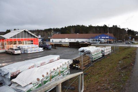 Oppgraderer Hurrahølet: Rema-butikken får to nye næringsbygg som nabo i løpet av kort tid. Det eksisterende Neumann Bygg as skal rives. Der skal det settes opp et nytt næringsbygg.