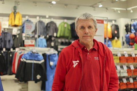 MOT PELS: Ole Unaas (59) fra Askim sier butikken ikke selger jakker med pels.