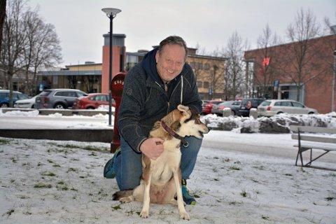 HUNDEN SHIKA: Stein-Roger og hunden Shika på tur i Askim. Arkivfoto: Trond Eivind Nilsen.