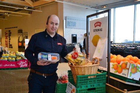 Selger billig: Martin Slevig er  butikksjef hos Meny i Askim. Daglig selges det billige varer som er i ferd med å gå tu på dato.