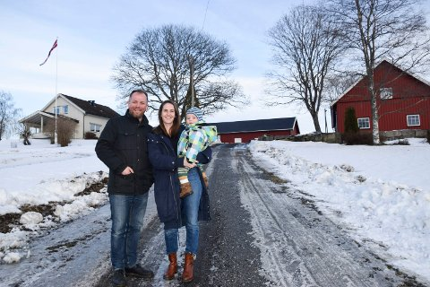 FAMILIELYKKE: Tor-Erling Thømt Ruud (39), samboer Astrid Een Thuen (32) og sønnen Erling Thuen Ruud (1 1/2) foran hjemmet deres, Haugerud gård i Vassbygda i Spydeberg.