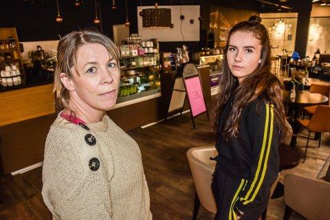 TRIST: Elisabeth Foss Carlsson og Emma Ekre (19) mener det er trist at arbeidsplassen deres legger ned: – Det var forventet at det skulle skje noe snart, men det kom brått på når det først skjedde noe, sier Ekre.
