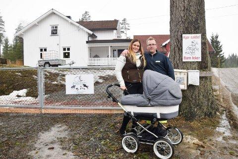 PERFEKT: Samboerne og småbarnsforeldrene Mia Charlotte Hansen (23) og Henrik Christoffersen (26) er ikke i tvil: De har funnet sitt drømmested i Marker. I vogna: Sønnen Melvin på fire måneder.
