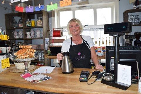 FORNØYD KAFÉVERT: Daglig leder ved Café Fossum, Hanne Dalen, syntes det var hyggelig å servere kundene litterær lunsj for første gang.