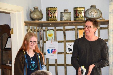 HYGGELIG ATMOSFÆRE: Sven Lilleheier og Kamilla Brataas syntes det var trivelig å besøke kafeen i Stasjonsgata. – Hun leser veldig mye, mer enn meg, tilsto biblioteksjefen.