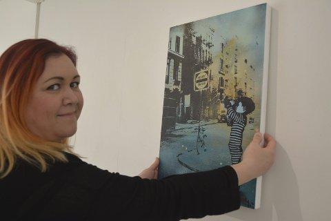 New York: Hilde Rosenberg Bamarni henger opp bildet «Stargazing» med motiv fra Chinatown i New York.