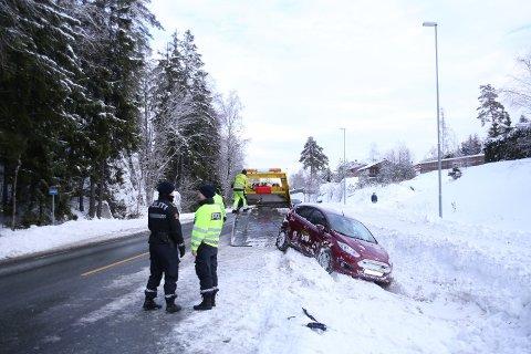 I Indrer Østfold har det skjedd flere mindre utforkjøringer det siste døgnet. Denne bilen havnet på taket etter en utforkjøring i Våler.