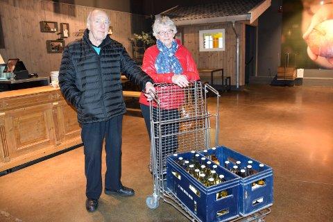 EPLER: Ekteparet Ingela (74) og Bjarne (83) Aaser fra Askim forteller at de har stor hage og høstet veldig mye epler i fjor. – Vi leverte bortimot 100 kilo. Men rips var det ikke mye av, sier de.